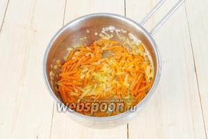Теперь очередь моркови. Обжарить её с луком на сильном огне 1,5 минуты, добавить сухой имбирь.