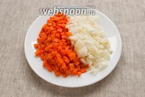 Лук и морковь промыть, почистить и нарезать мелкими кубиками.