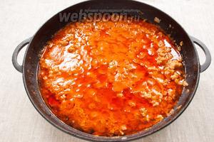 Добавить соль, пряности (чёрный перец или смесь перцев). Накрыть крышкой и тушить не менее 2 часов на минимальном огне. Периодически помешивать.