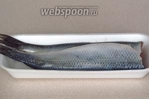 У рыбы отрезать головы и удалить внутренности и тёмную плёнку. Тушки тщательно промыть изнутри.