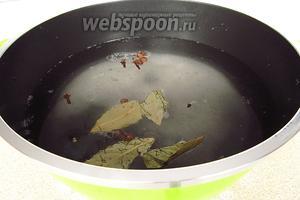 Воду довести до кипения, всыпать соль и сахар, добавить все пряности, снова довести до кипения и снять с плиты. Рассолу дать настояться под крышкой до полного остывания. В остывший рассол влить уксусную кислоту.