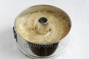 В третью часть теста подмешать орехи.  Выложить эту часть теста поверх шоколадного. Поставить выпекать в разогретую до 175ºC духовку, на 40-50 минут, до сухой спички.