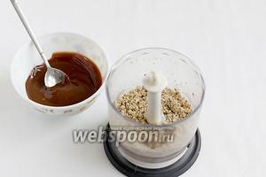 Шоколад растопить на водяной бане или в микроволновке. Орехи поджарить и смолоть.