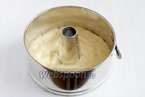 Тесто разделить на 3 части. В одну часть подмешать цедру апельсина. Выложить тесто первым слоем на дно формы и разровнять.