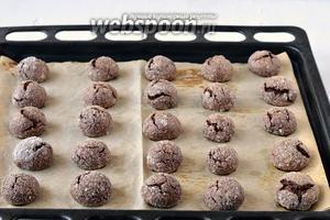 Выпекать 12-15 минут при 180 ºC. Стараться не передержать печенье в духовке.