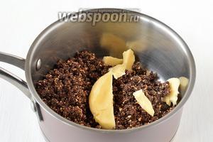 Остальную шоколадно-ореховую массу соединить со сливочным маслом в толстостенном сотейнике. Поставить сотейник на очень маленький огонь и интенсивно перемешивая довести шоколад и масло до расплавления (приблизительно 30-40 секунд).