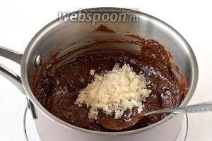 Снять с огня. Вмешать в мягкую шоколадную массу сахар.