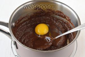 Вмешать по одному яйца.