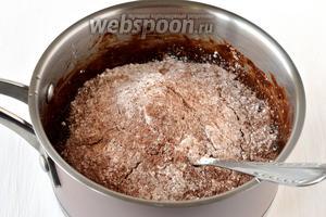 Соединить шоколадную и мучную смесь.