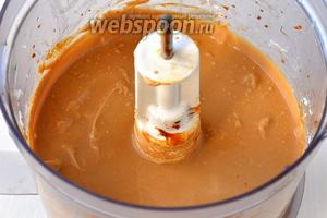 После этого желатиново-творожную массу вмешать в творожно-карамельную и выложить образованную массу в основу из печенья. Поставить чизкейк на 3-4 часа в холодильник.