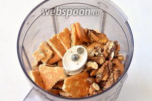 В чаше кухонного комбайна (насадка — металлический нож) соединить поломанное печенье и орехи.