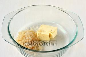 Соединить сахар и масло комнатной температуры.