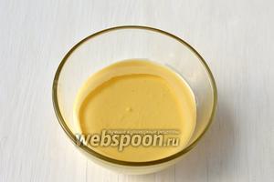Соединить сгущённое молоко и ананасовый сок.