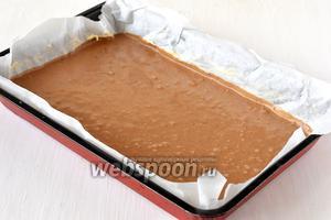 Форму размером 20х30 см выложить кулинарной бумагой и выложить тесто.