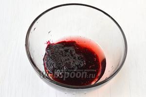 Соединить варенье и вино до образования однородной массы.