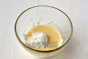 Отделить 6 столовых ложек жидкости и развести в ней ванильный пудинг.