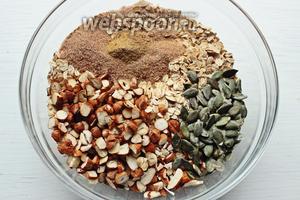 В другой миске, смешать все сухие ингредиенты: хлопья, сахар, орехи, специи, соль.