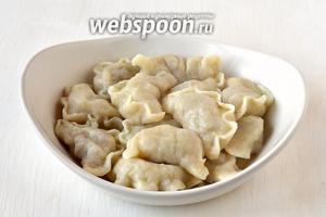 Вытянуть вареники с помощью друшлага и полить растопленным сливочным маслом. Вареники с жареным картофелем готовы.
