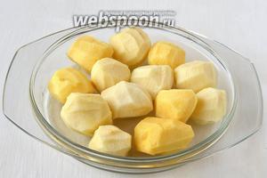 Картофель очистить от кожуры.