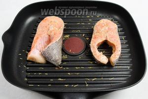 На горячую сковороду выложить подготовленные стейки (имбирь со стейков убрать).
