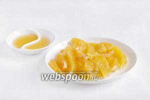 Апельсин и мандарин очистить от кожицы и плёнок, нарезать ломтиками. Из остатков выжать сок.