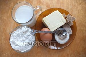 Подготовьте необходимые ингредиенты: муку, молоко, свежие дрожжи, сливочное масло, яйца, сахар, соль, ванильный сахар, кусковой тростниковый сахар и семена тмина.