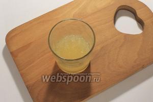 В 1/2 стакане охлаждёного бульона развести желатин. Дать ему набухнуть.