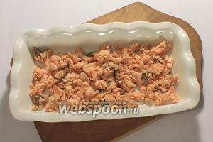 В форму для заливного первым слоем уложить рыбу, очищенную от кожи и костей.