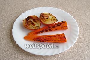 Положить лук и морковь срезом вниз на сухую чугунную сковороду и подпечь до коричневого цвета, не допуская подгорания.