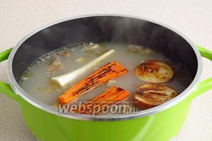 За 40 минут до готовности бульона положить в него лук, морковь и петрушку. Корень петрушки кладётся в бульон в свежем виде, без подпекания. За 30 минут до готовности бульон посолить.