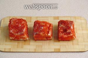 Обсыпать сало красным молотым перцем и слегка втереть его.