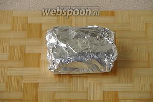 Завернуть брусочки в фольгу и положить в морозилку. Следует иметь в виду, что солёное отваренное сало нельзя нарезать сразу после того, как оно будет вынуто из морозилки, иначе оно будет крошиться. Дайте ему немного полежать при комнатной температуре.