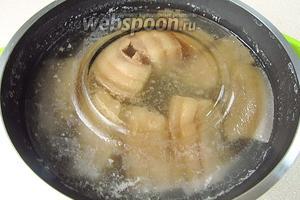 Варить сало в течение 20 минут. Затем кастрюлю снять с огня, прижать сало тарелкой и оставить в рассоле на сутки.