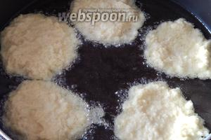 В сковороде разогреваем всё количество подсолнечного масла без запаха и прокаливаем его до лёгкого дымка. Выкладываем тесто в горячее масло — примерно пару столовых ложек на один драник.