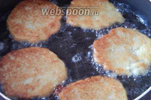 Когда блинчики подрумянятся с одной стороны, переворачиваем их и прикрываем сковороду крышкой. Жарить драники нужно около 5 минут с каждой стороны (если они достаточно тонкие).