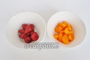 Консервированные фрукты отделить от сиропа и немного обсушить.
