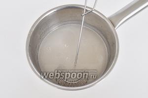 Приготовим желе для тортов. В кастрюльку влить воду, всыпать сахар и лимонную кислоту. Высыпать содержимое пакета с желе для тортов и нагреть на медленном огне. Кипятить 15 секунд.