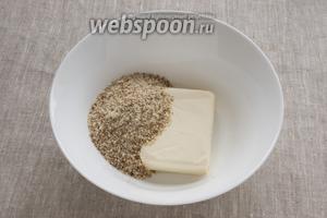 Миндаль измельчить в очень мелкую крошку при помощи блендера, соединить с мягким сливочным маслом. Растереть.