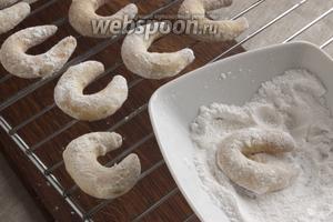 Пока печенье ещё горячее его нужно обвалять в сахарно-ванильной пудре и выложить на решётку.