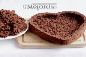 Из толстого бисквита выбрать всю мякоть, оставляя по краю примерно 1 см толщины. Пропитать бисквит вишневой жидкостью с коньяком, которую оставляли ранее.