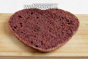 Верхнюю часть бисквита так же пропитать вишнево-коньячной жидкостью. Если коньяк не добавлять, то получится обычный вишнёвый сок.