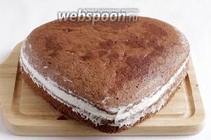 Накрыть крышкой, пропитанной вишнёвым соком. Крем разровнять по бокам и поставить тортик на холод.