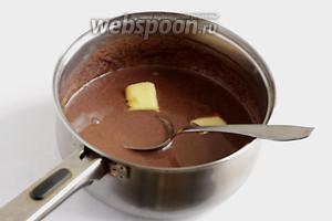 Добавить кусочек сливочного масла и хорошо размешать до растворения масла. Остудить до комнатной температуры.