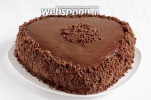 Обсыпать бока торта крошкой.