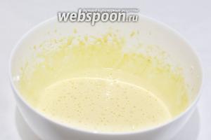 Желтки взбить со второй частью сахара до бела и увеличения массы в несколько раз.
