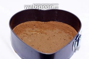 Тесто вылить в форму, выстланную пергаментом и поставить выпекать в нагретую до 175°C духовку, примерно на 35-40 минут, до сухой спички.