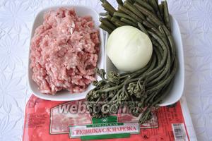 Для начинки потребуется солёный папоротник, лук, грудинка подкопченная и мясной фарш.