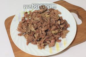 Мясо отделить от костей, мелко порезать.