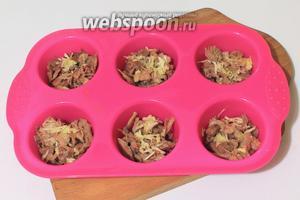 Разложить мясо по формочкам и положить чеснок, натёртый на мелкой терке.