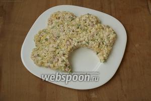 На блюдо выложить салат в форме кокошника.